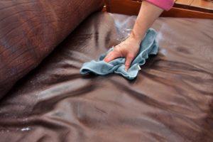 как убрать пятна с кожаного дивана