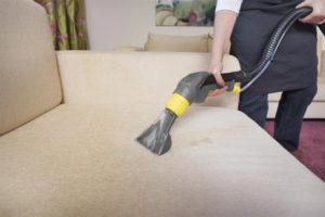 профессиональная чистка дивана пылесосом