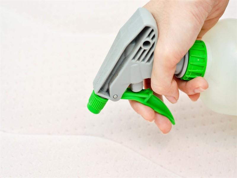 почистить матрас от запаха