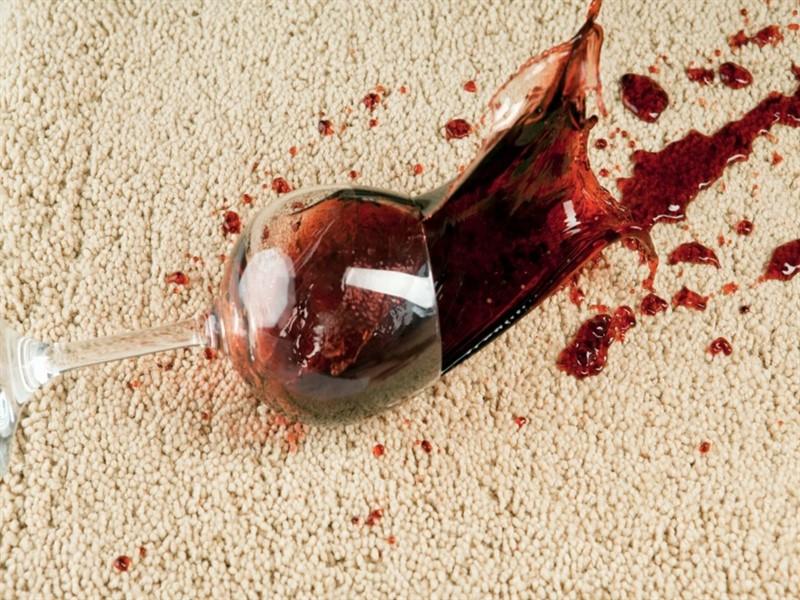 чем очистить пятна от вина на ковре